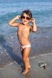 Grappig babymeisje met grote zonnebril Royalty-vrije Stock Fotografie
