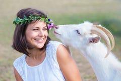 Grappig beeld een mooie jonge meisjeslandbouwer met een kroon op haar Royalty-vrije Stock Foto's