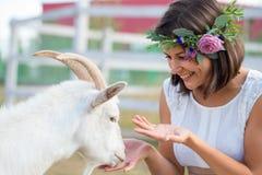 Grappig beeld een mooie jonge meisjeslandbouwer met een kroon op haar Royalty-vrije Stock Fotografie