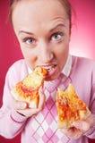 Grappig beeld van vrouw die pizza eet royalty-vrije stock afbeelding