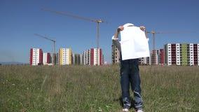 Grappig bekijkt weinig open architect en zorgvuldig bouwproject, kindingenieur stock videobeelden