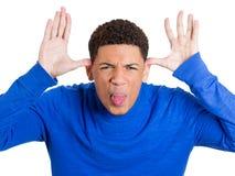 Grappig, boos, jong, kinderachtig, ruw, intimideer de mens die zijn tong plakken Stock Afbeelding