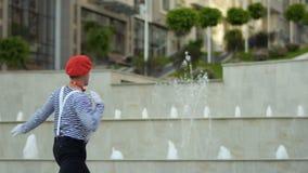 Grappig boots leider het gesticuleren handen bij fonteinachtergrond na stock footage