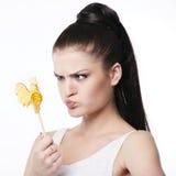 Grappig brunette met haanlolly Stock Foto