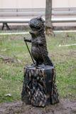 Grappig decoratief standbeeld van een egel op skis op een stomp in het park royalty-vrije stock fotografie