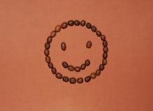 Grappig die gezicht van koffiebonen wordt gemaakt Royalty-vrije Stock Foto's