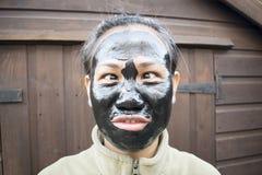 Grappig Filipina Wearing een Gezichtsmasker Stock Fotografie
