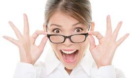 Grappig gelukkig portret van vrouw die glazen draagt Royalty-vrije Stock Foto's
