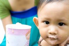 Grappig gezicht van Aziatische baby na maaltijd Royalty-vrije Stock Afbeelding