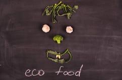 Grappig gezicht van groenten op zwarte grond Stock Fotografie