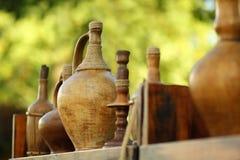 Grappig herinneringsspeelgoed op de de stijl houten kruiken, de flessen en de kandelaars van marktstallvintage bij de marktkraam stock afbeeldingen