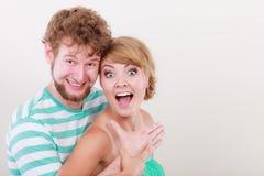 Grappig jong paar die dwaas gezicht maken Stock Foto