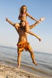 Grappig jong paar op de kust Royalty-vrije Stock Foto's