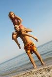Grappig jong paar op de kust Stock Foto