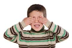 Grappig kind dat zijn ogen behandelt Stock Foto's