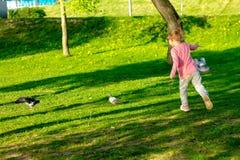 Grappig kind die in glazen in een de zomerpark spelen stock foto