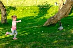 Grappig kind die in glazen in een de zomerpark spelen stock afbeeldingen