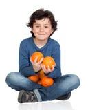 Grappig kind met vele sinaasappelen Stock Foto's