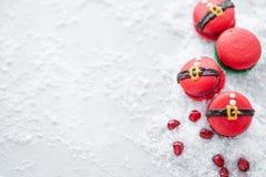 Grappig koekje in de buik van vorm rode santa op grijze die lijst met sneeuw wordt bestrooid Moderne Europese Franse keuken Kerst royalty-vrije stock afbeeldingen