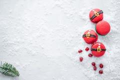 Grappig koekje in de buik van vorm rode santa op grijze die lijst met sneeuw wordt bestrooid Moderne Europese Franse keuken Kerst stock fotografie