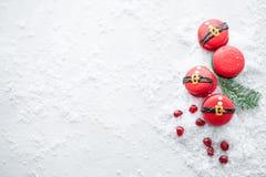 Grappig koekje in de buik van vorm rode santa op grijze die lijst met sneeuw wordt bestrooid Moderne Europese Franse keuken Kerst royalty-vrije stock foto's