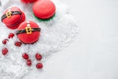 Grappig koekje in de buik van vorm rode santa op grijze die lijst met sneeuw wordt bestrooid Moderne Europese Franse keuken Kerst stock afbeelding