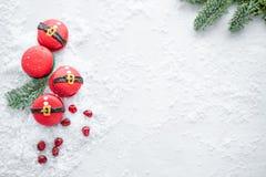 Grappig koekje in de buik van vorm rode santa op grijze die lijst met sneeuw wordt bestrooid Moderne Europese Franse keuken Kerst stock foto's