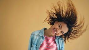Grappig langzaam motieportret die van blij meisje het hoofd het golven haar lachen bewegen stock footage