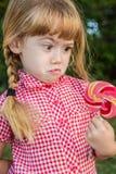 Grappig leuk meisje verrast suikergoed Stock Foto