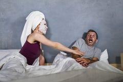 Grappig levensstijlportret van mens en vrouw die bizar echtpaar met vrouw in hoofdhanddoek en make-upgezichtsmasker de kenmerken  royalty-vrije stock afbeelding