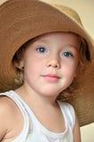 Grappig meisje dat reusachtige hoed draagt Royalty-vrije Stock Afbeelding