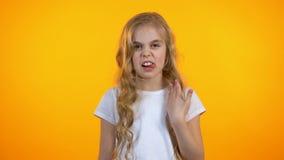 Grappig meisje die afschuwuitdrukking maken met diensten die ontevreden de adviseren niet stock video
