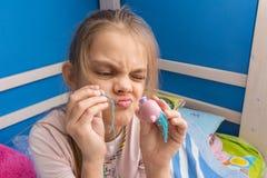 Grappig meisje die een stuk speelgoed proberen te bevestigen stock afbeeldingen