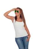 Grappig meisje die met zonnebril kant bekijken Stock Foto's