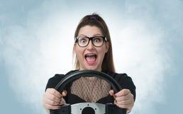 Grappig meisje in glazen met autowiel en witte rook, autoconcept Royalty-vrije Stock Afbeelding
