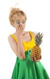 Grappig meisje met ananas Royalty-vrije Stock Afbeeldingen