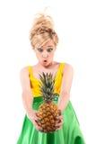 Grappig meisje met ananas dat op wit wordt geïsoleerdj Stock Foto's