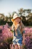 Grappig meisje met boeket van lavendel Stock Foto's