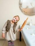 Grappig meisje met deegrol Royalty-vrije Stock Foto