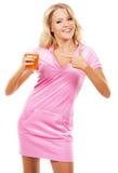 Grappig meisje met een glas vers sap Royalty-vrije Stock Afbeeldingen