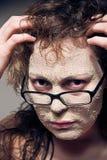 Grappig meisje met gezichtsmasker. Stock Foto