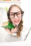 Grappig meisje met groen boek Stock Fotografie