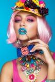 Grappig grappig meisje met heldere samenstelling in de stijl van pop-art Creatief beeld Het Gezicht van de schoonheid royalty-vrije stock fotografie