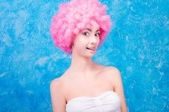 Grappig meisje met roze pruik stock fotografie