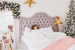 Grappig meisje op Kerstmisochtend Royalty-vrije Stock Foto's