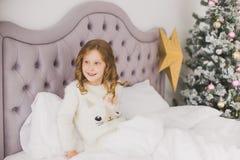 Grappig meisje op Kerstmisochtend Stock Afbeelding
