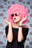 Grappig meisje in roze pruik Royalty-vrije Stock Foto's