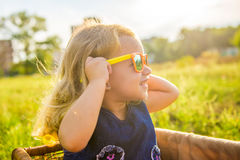 Grappig meisje in zonnebril stock foto's