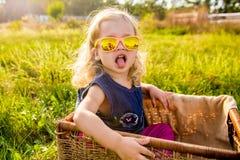 Grappig meisje in zonnebril royalty-vrije stock afbeelding