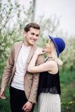 Grappig met een witte perfecte glimlach lachen en paar die in openlucht elkaar kijken royalty-vrije stock foto